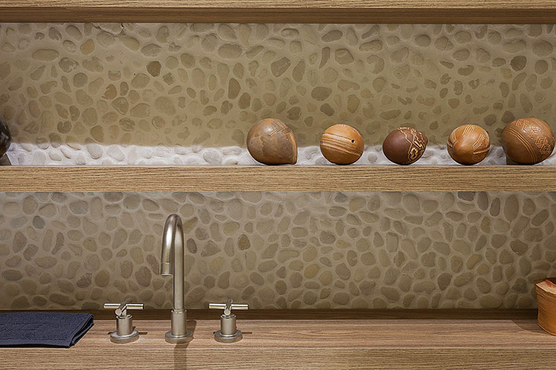 prateleiras-de-madeira-com-seixos-no-fundo