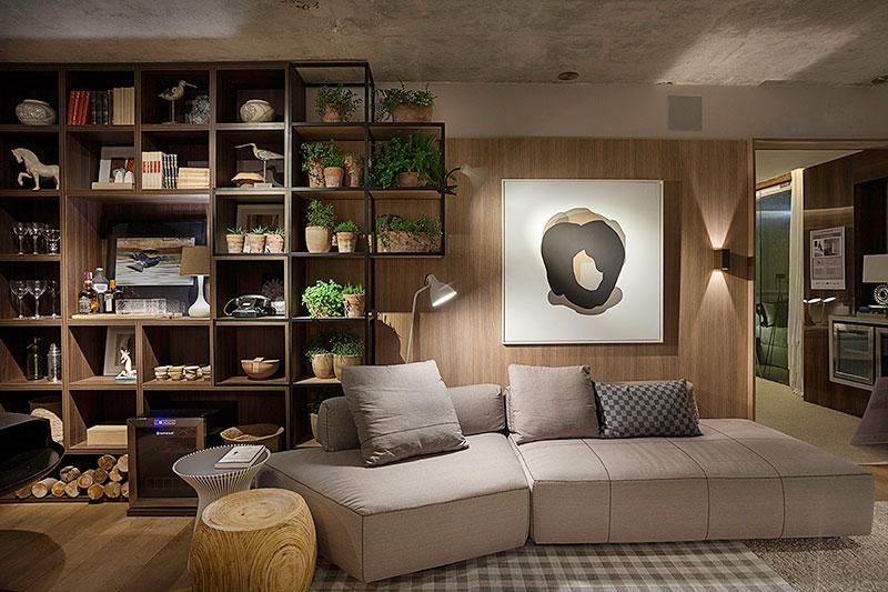 sala-decorada-com-estante-de-madeira-e-aço