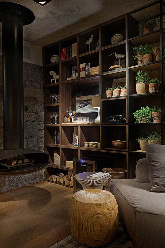estante-decorada-de-madeira-com-nichos