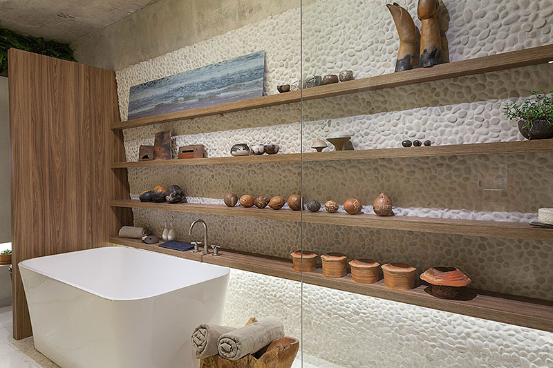 banheiro-com-banheira-e-revestimento-de-seixos-rolados