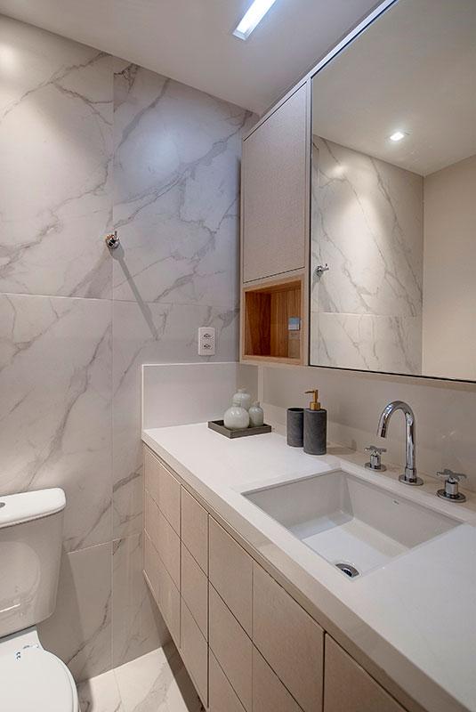 banheiro-com-bancada-branca-e-revestimento-imitando-mármore