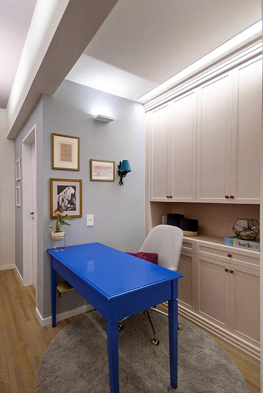 home-office-com-armário-laqueado-de-portas-molduradas