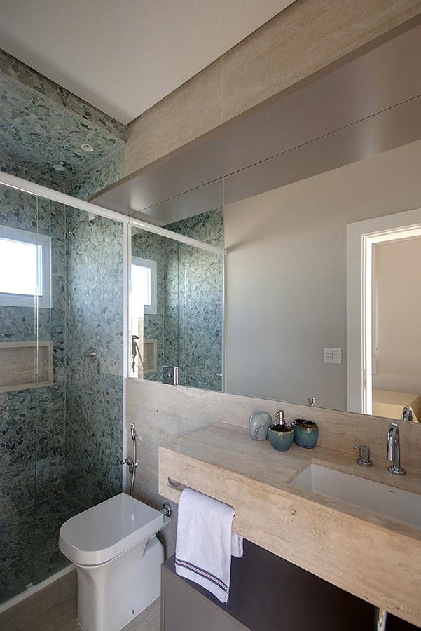 bancada-de-banheiro-com-toalheiro-embutido-e-revestimento-seixo-rolado