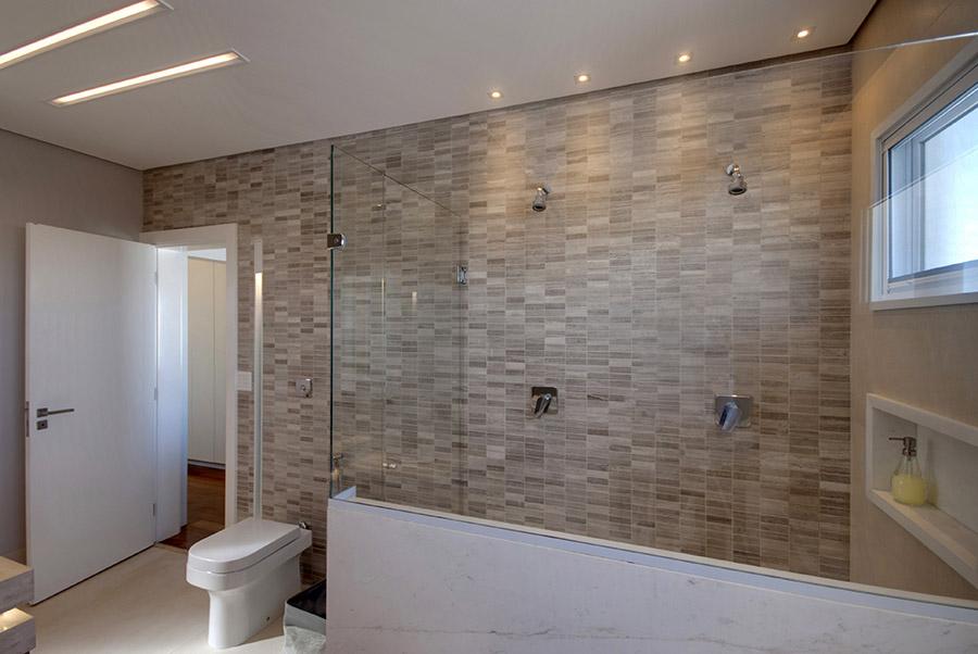 banheiro-amplo-com-duas-duchas