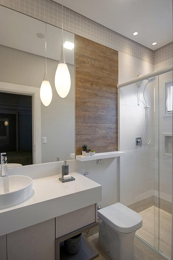 banheiro-com-pendente-e-detalhe-em-madeira