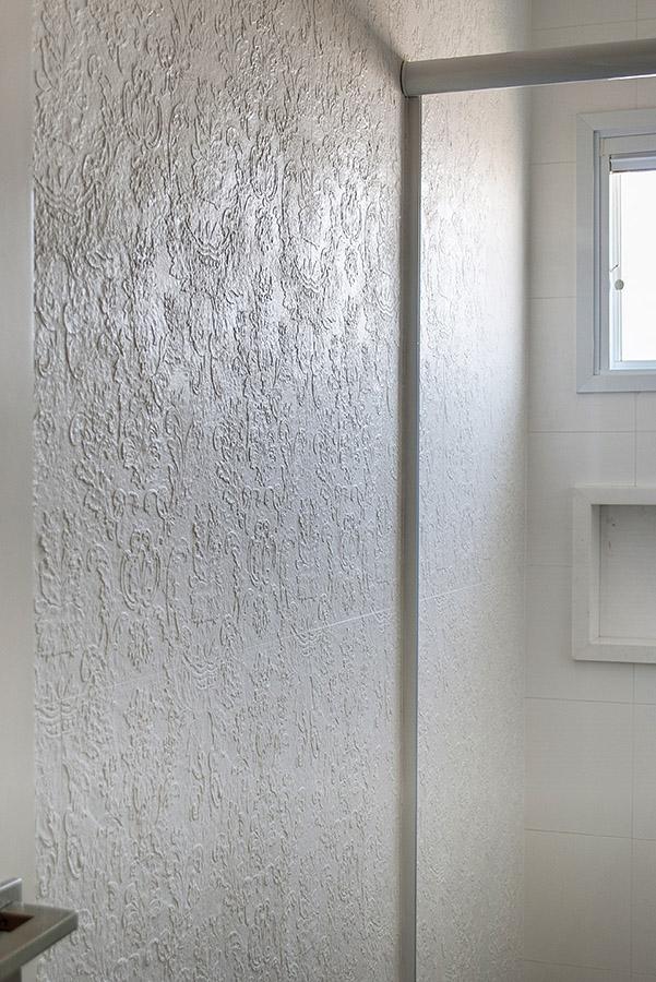 revestimento-de-parede-branco-com-estampa-adamascada