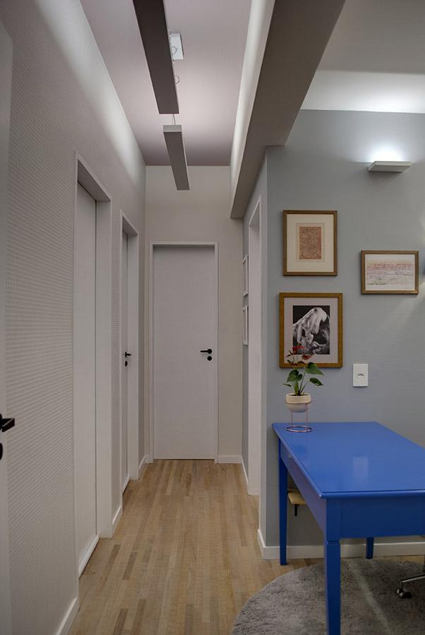home-office-e-espaço-de-corredor-com-iluminacao-indireta