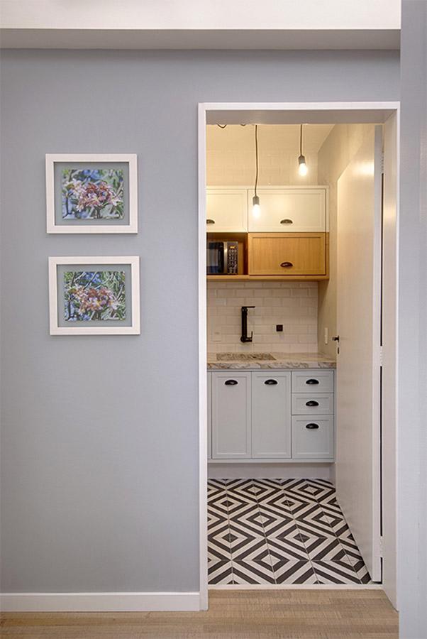 circulação-mostrando-cozinha-com-portas-molduradas-e-laqueadas