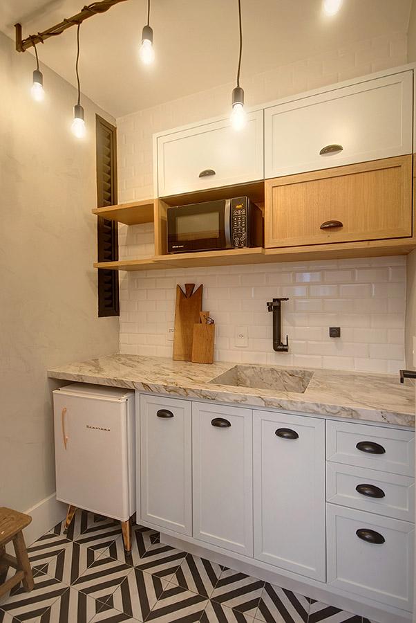 cozinha-pequena-decorada-com-frigobar-retro-e-lampadas-penduradas