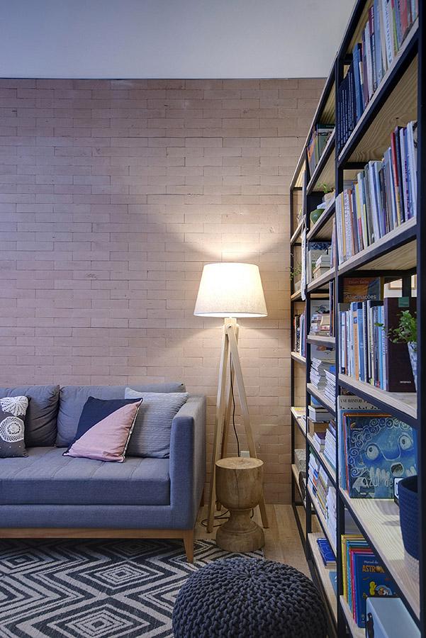 luminária-de-piso-em-parede-de-tijolinho-junta-seca