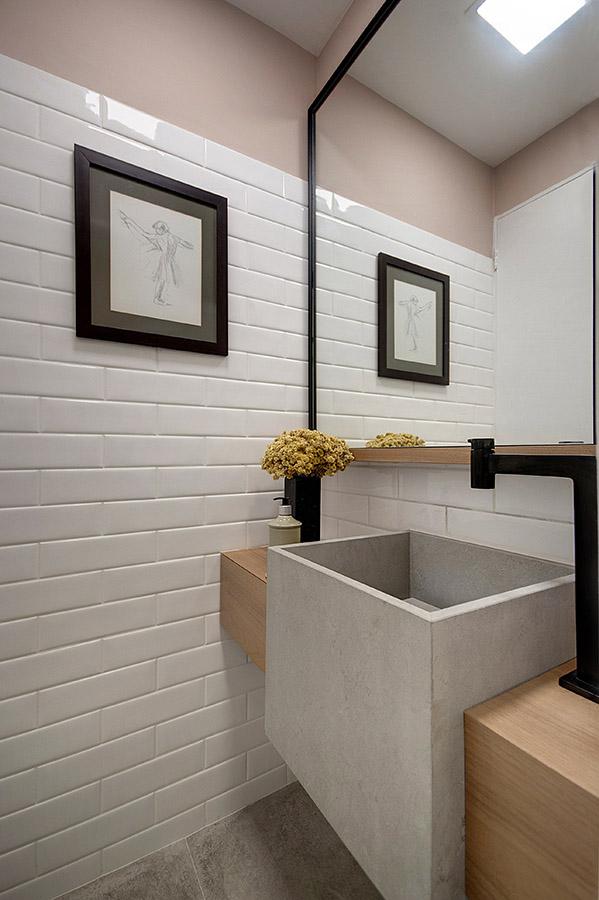 lavabo-com-cuba-esculpida-de-concreto-e-torneira-preta