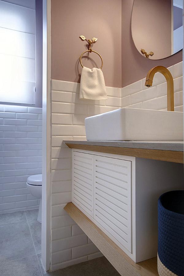 lavabo-pequeno-decorado-com-torneira-dourada-e-parede-rosa