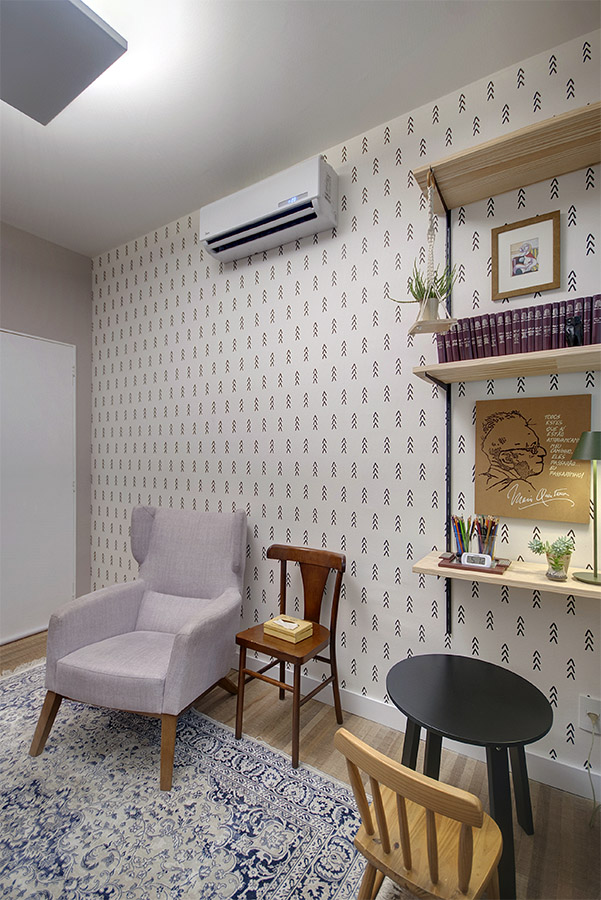 papel-de-parede-escandinavo-preto-e-branco-e-cadeira-retrô